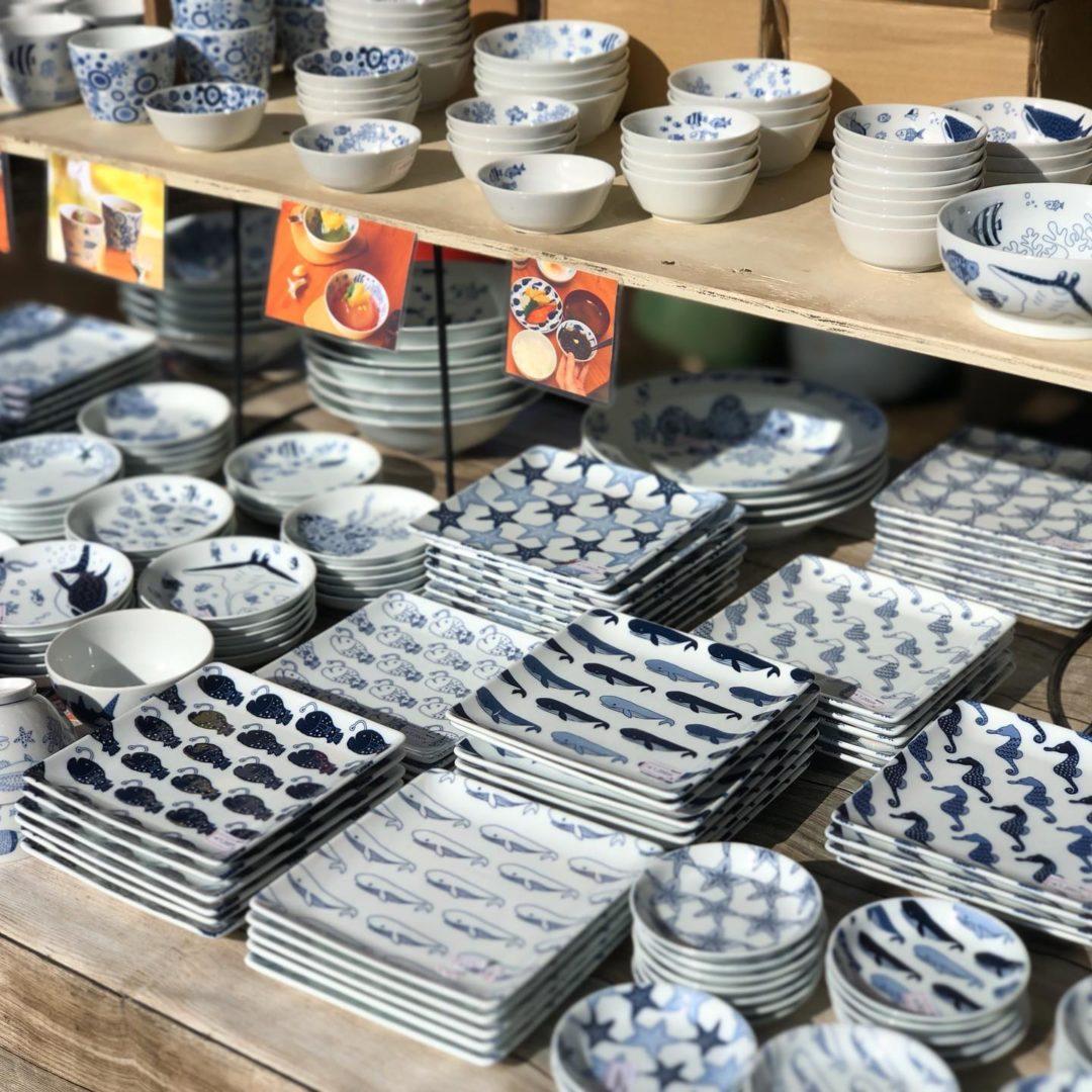 宮城県利府町での陶器市が開催中です!会場はオリンピックサッカーの開催予定地でもあるグランディ・21、宮城スタジアム前特設会場です。natural69や白山陶器などの波佐見焼や、有田焼の作家作品、沖縄のやちむんや琉球ガラス、大分の小鹿田焼も入荷しております。当店出店ブースは会場の一番奥の方、益子焼さんの横です、natural69や小鹿田焼ののれんが目印です。会期は8/28(金)まで、連日am10時からpm17時までの営業です。最終日は片付けながら16時までの営業となってしまいますので、木曜日までのご来店がおすすめです。通常よりも会期が短くなっておりますので是非お早めにご来店下さいませ!なお、出店各社全員マスク等着用のうえ、手洗い換気等に気をつけて営業致しておりますが、お客様におかれましてもマスク着用等安全開催へのご協力をお願い申し上げます。#那かむた #nakamuta #貴陶 #陶器市 #大陶器市 #民芸 #民藝 #小石原焼 #folkart #folkcraft #小鹿田焼 #壷屋焼 #壺屋焼 #やちむん #琉球ガラス #波佐見焼 #有田焼 #山口祥治 #諸隈洋介 #喜鶴製陶 #すな窯 #natural69 #白山陶器 #宮城スタジアム #グランディ21 #利府 #仙台 #泉 #塩竈 (Instagram)