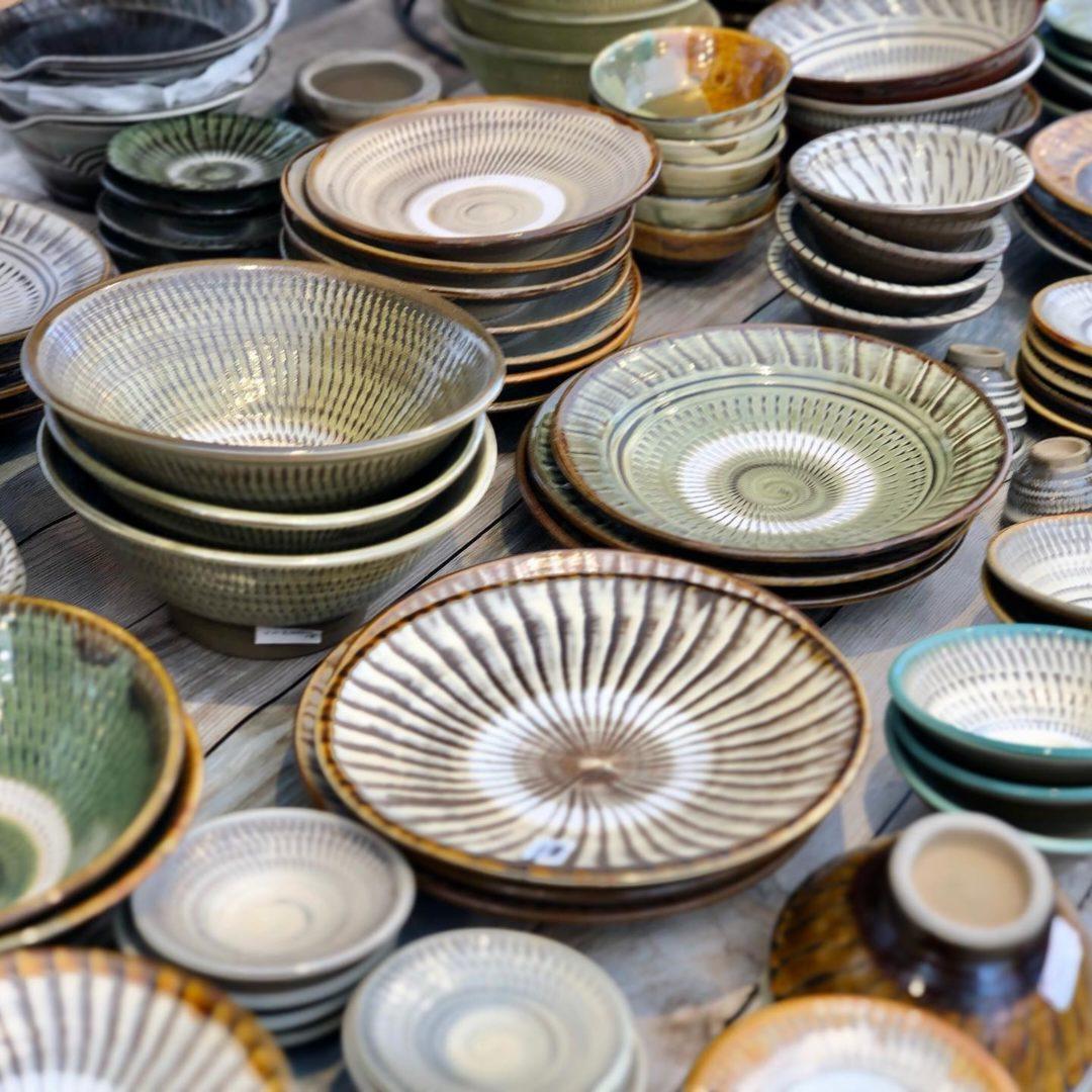新年最初の陶器市が静岡県のエコパスタジアムで開催中です。波佐見焼のnatural69や白山陶器など人気窯元をはじめ、沖縄のやちむんや小鹿田焼などの民芸陶器、琉球ガラスも展示致しております。当店は第4駐車場の会場入口にあります検温消毒テントの横に出店しております。会期は17(日)まで、連日am10時からpm17時までの営業です。最終日は片付けながら16時までの営業となってしまいますので、18(土)までのご来店がおすすめです。是非お早めにご来店下さいませ!#那かむた #貴陶 #陶器市 #大陶器市 #民芸 #民藝 #folkart #小鹿田焼 #壷屋焼 #壺屋焼 #やちむん #琉球ガラス #波佐見焼 #シーサー #natural69 #白山陶器 #エコパスタジアム #袋井 #袋井市 #おうちカフェ #おうちごはん #静岡 #エコパ #やきもの #焼物 #陶器 #うつわ好きと繋がりたい (Instagram)