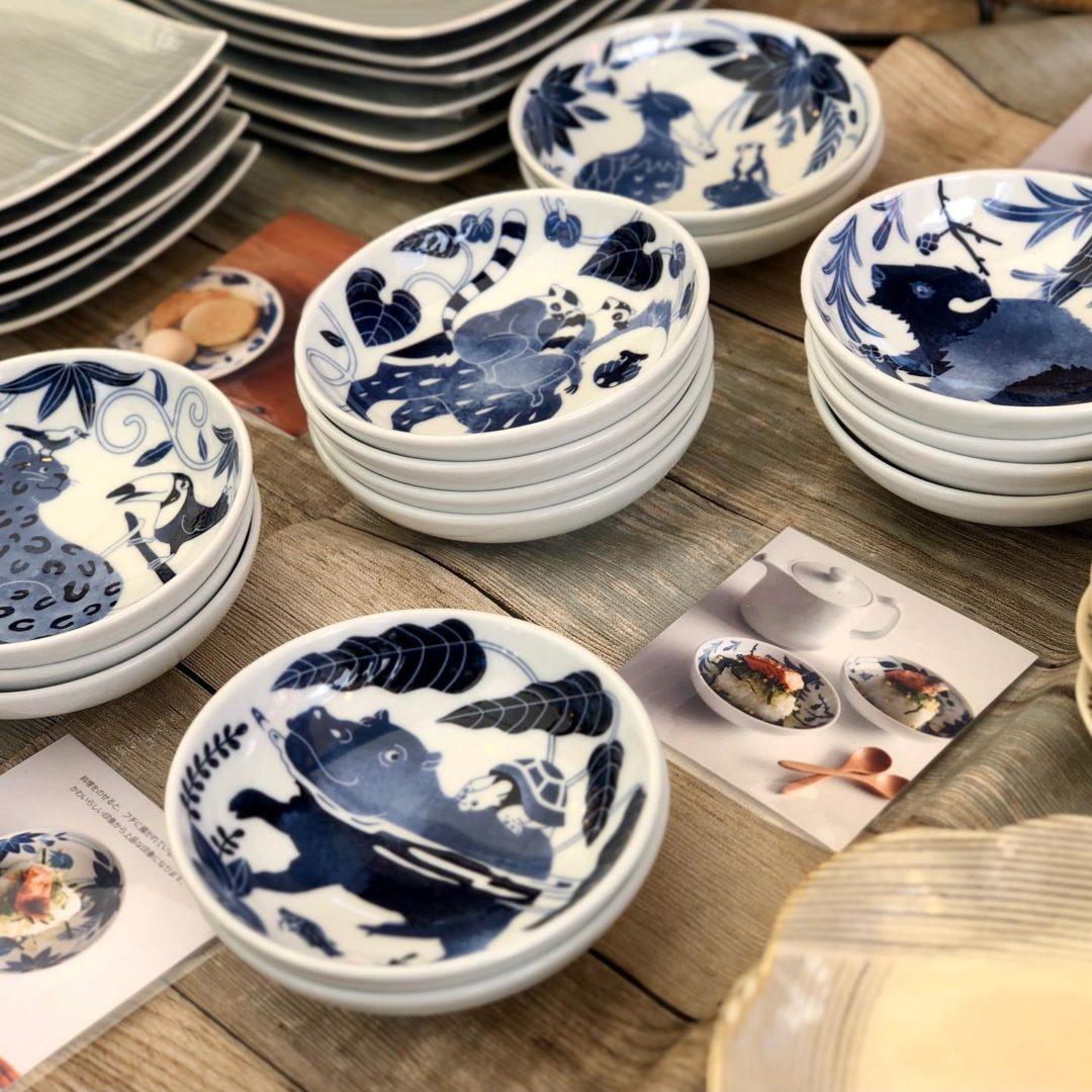 毎年開催されている神奈川県の相模原麻溝公園での陶器市が始まりました。場所は麻溝公園の水の広場特設会場です。波佐見焼のnatural69の最新作や白山陶器など人気窯元の商品、沖縄のやちむんや小鹿田焼や琉球ガラスなども展示致しております。当店は会場入口から左側に進んだ3番目の砂地(緑の広場)に面したブースに出店しております。のぼり旗を目印にご来店下さい!会期は21(日)まで、連日am10時からpm17時までの営業です。最終日は片付けながら16時までの営業となってしまいますので、20(土)までのご来店がおすすめです。是非お早めにご来店下さいませ!会場の公園駐車場は無料でご利用頂けます。#那かむた #貴陶 #陶器市 #大陶器市 #民芸 #民藝 #folkart #小鹿田焼 #壷屋焼 #壺屋焼 #やちむん #琉球ガラス #波佐見焼 #シーサー #natural69 #白山陶器 #相模原 #橋本 #有田焼 #喜鶴製陶 #おうち時間 #おうちカフェ   #神奈川県 #厚木 #町田 #おうちごはん (Instagram)